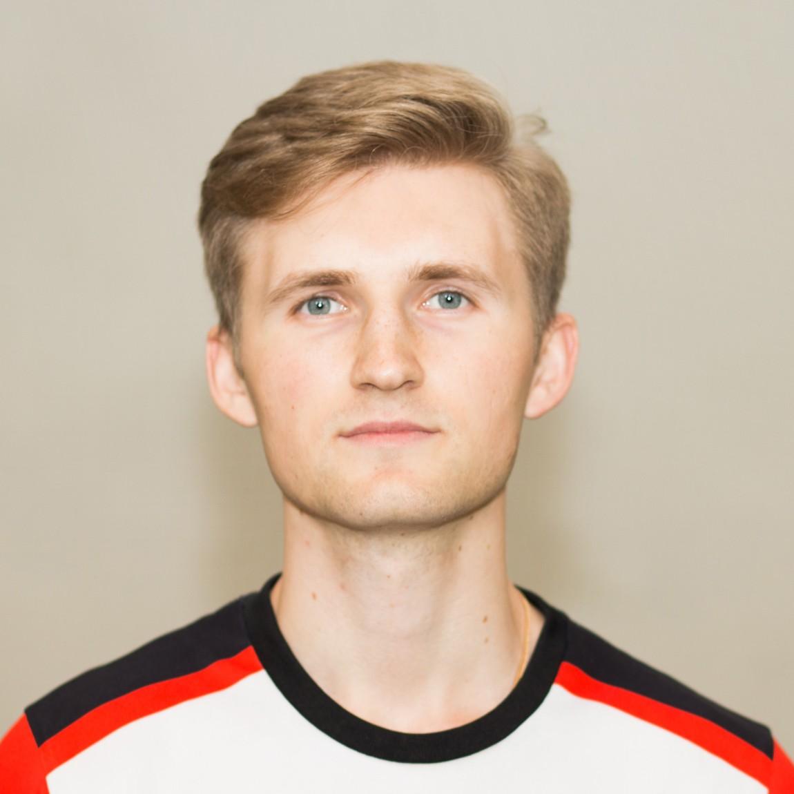 Начал заниматься футболом с 7 лет( закончил академию СДЮШОР Трудовые резервы).  Тренерский стаж больше 5 лет.  Тренерская лицензия категории С ( УЕФА)